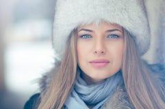 Портрет белокурой молодой женщины в зиме Стоковые Изображения RF