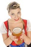Портрет белокурой молодой женщины усмехаясь с стеклом пива Стоковая Фотография
