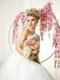 Портрет белокурой невесты в интерьере Стоковые Изображения