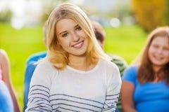 Портрет белокурых девушки и друзей на предпосылке Стоковые Изображения