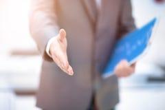 Портрет бизнесмена давая руку Стоковое фото RF