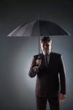 Портрет бизнесмена в костюме под зонтиком Стоковые Изображения RF