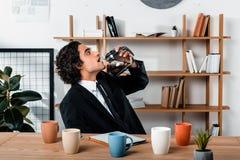 портрет бизнесмена в кофе костюма выпивая от бака кофе на рабочем месте с таблеткой Стоковая Фотография RF
