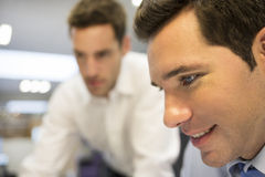 Портрет бизнесмена a в офисе и планирование работают Стоковое фото RF