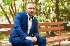 Портрет бизнесмена в парке Стоковые Изображения