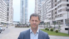 Портрет бизнесмена в предпосылке солнечных очков городской акции видеоматериалы