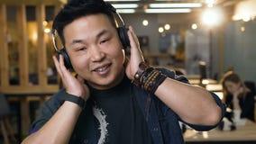 Портрет бизнесмена в творческом офисе акции видеоматериалы