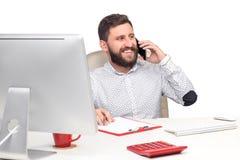 Портрет бизнесмена говоря на мобильном телефоне внутри Стоковая Фотография