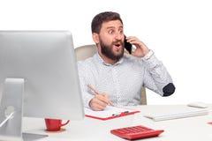 Портрет бизнесмена говоря на мобильном телефоне внутри Стоковое фото RF