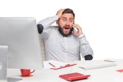 Портрет бизнесмена говоря на мобильном телефоне внутри Стоковые Фотографии RF