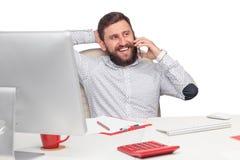 Портрет бизнесмена говоря на мобильном телефоне внутри Стоковое Изображение
