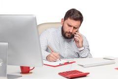 Портрет бизнесмена говоря на мобильном телефоне внутри Стоковые Изображения RF