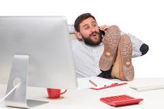 Портрет бизнесмена говоря на мобильном телефоне внутри Стоковое Изображение RF