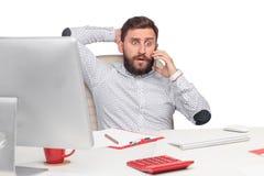 Портрет бизнесмена говоря на мобильном телефоне внутри Стоковые Изображения