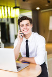 Портрет бизнесмена говоря на мобильном телефоне в офисе Стоковые Изображения