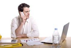 Портрет бизнесмена говоря на мобильном телефоне Стоковая Фотография RF