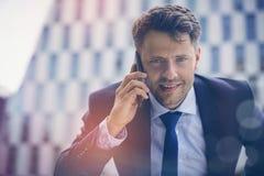 Портрет бизнесмена говоря на мобильном телефоне Стоковое фото RF