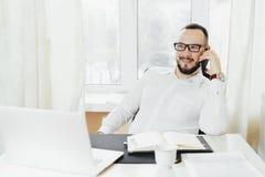 Портрет бизнесмена говоря на мобильном телефоне Стоковая Фотография