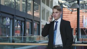 Портрет бизнесмена говоря на телефоне акции видеоматериалы