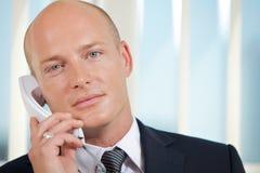 Портрет бизнесмена говоря на телефоне на офисе Стоковые Изображения RF
