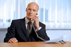 Портрет бизнесмена говоря на телефоне на офисе Стоковые Фотографии RF