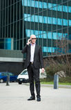 Портрет бизнесмена говоря на телефоне Стоковое фото RF