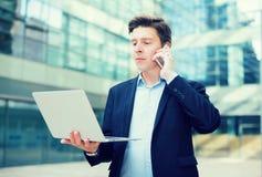 Портрет бизнесмена говоря на телефоне Стоковые Фото