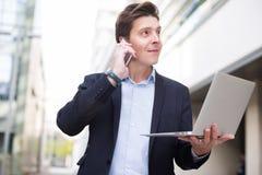 Портрет бизнесмена говоря на телефоне Стоковая Фотография RF