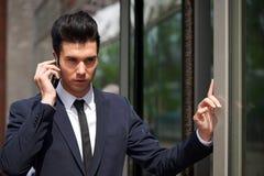 Портрет бизнесмена говоря на телефоне outdoors Стоковая Фотография RF