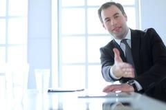Портрет бизнесмена давая руку для рукопожатия Стоковые Изображения RF
