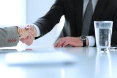 Портрет бизнесмена давая руку для рукопожатия Стоковые Фотографии RF