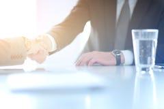 Портрет бизнесмена давая руку для рукопожатия Стоковое Фото