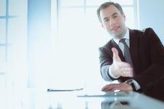 Портрет бизнесмена давая руку для рукопожатия Стоковое фото RF