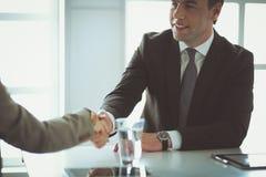 Портрет бизнесмена давая руку для рукопожатия Стоковое Изображение
