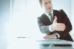 Портрет бизнесмена давая руку для рукопожатия Стоковые Изображения