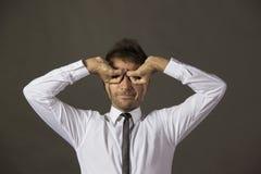 Портрет бизнесмена делая facemask стоковое изображение rf