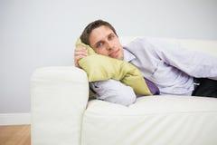 Портрет бизнесмена лежа на софе в живущей комнате Стоковые Фото