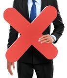 Портрет бизнесмена держа знак Красного Креста стоковое изображение
