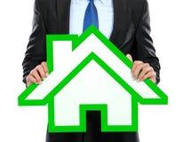 Портрет бизнесмена держа знак дома Стоковая Фотография RF