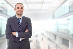 Портрет бизнесмена изолированный на офисе стоковые изображения rf