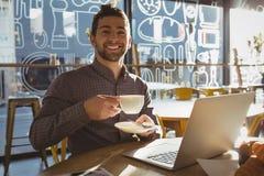 Портрет бизнесмена имея кофе в кафе Стоковое Изображение