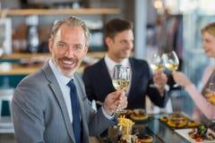 Портрет бизнесмена имея обед который его коллеги Стоковое Изображение RF
