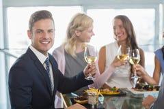 Портрет бизнесмена имея обед который его коллеги Стоковые Фотографии RF