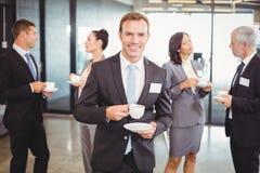 Портрет бизнесмена имея чай во время периода отдыха Стоковое Изображение RF