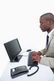 Портрет бизнесмена используя компьютер Стоковые Фото