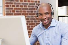 Портрет бизнесмена используя компьютер Стоковое Фото