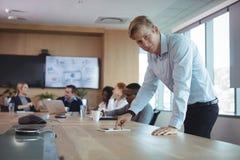 Портрет бизнесмена используя цифровую таблетку на столе Стоковые Фото