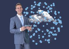 Портрет бизнесмена используя цифровую таблетку против соединяясь значков на облаках Стоковая Фотография RF