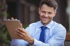 Портрет бизнесмена используя цифровую таблетку Стоковое Изображение RF