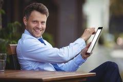 Портрет бизнесмена используя цифровую таблетку Стоковое фото RF